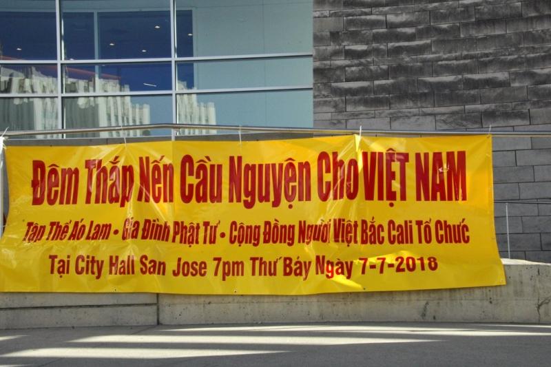 Tập thể Áo Lam thắp nến cầu nguyện cho quê hương Việt Nam